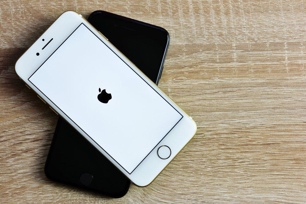 Айфон 5 не включается. горит яблоко и гаснет