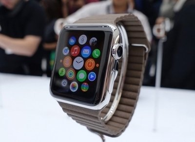 Large apple watch hands on sg3 820x420 2